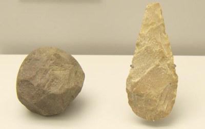 Museo-Arqueologico-Asturias_Banugues_Bifaz-y-esferoide0002378.jpg