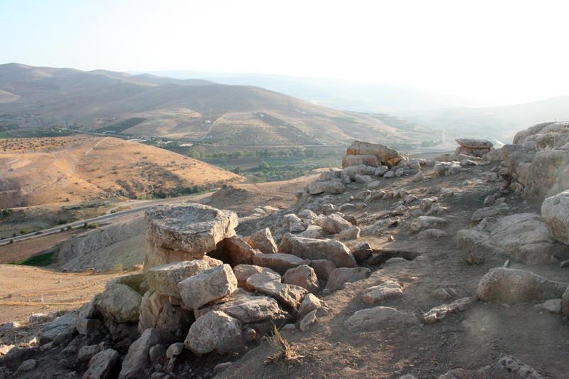 Jordania_Mutawwaq_2012_Tres dolmenes excavados_rio Zarqa de fondo_Juan Muñiz_Valentin Alvarez