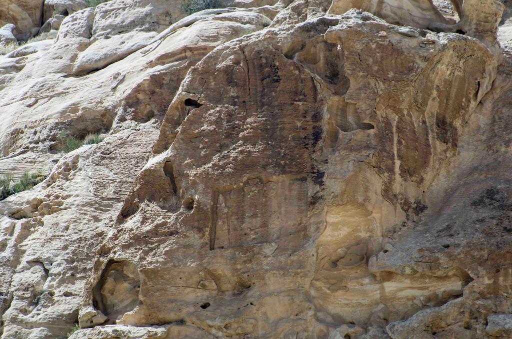 Visita a Sela en busca del relieve de Nabonido.